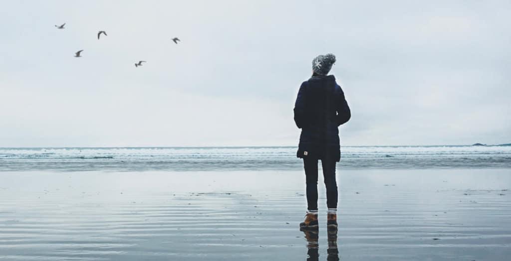 Kvinne ser utover havet