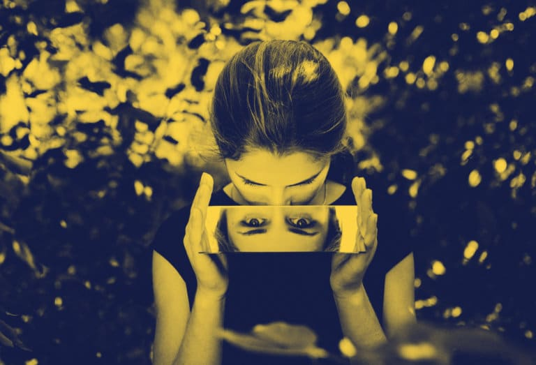 Kvinne speiler seg i et lite speil