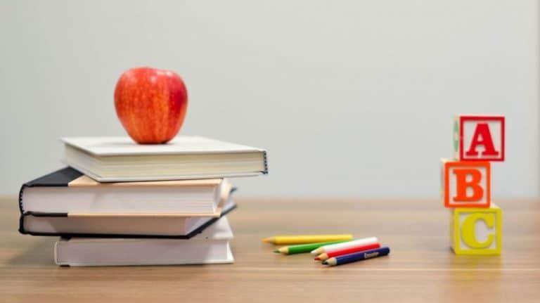 Illustrasjon av bøker, et eple og tre bokstavklosser