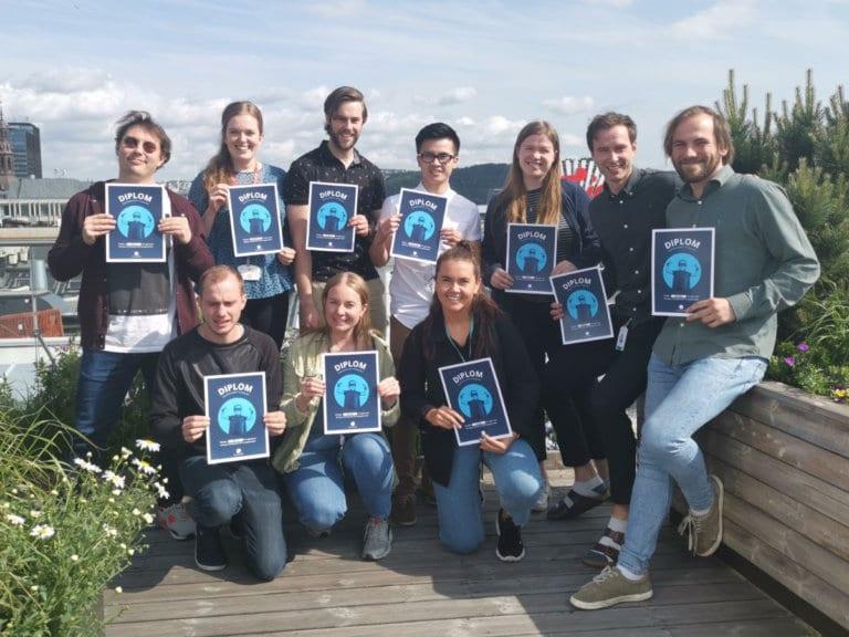 Gruppebilde av våre ansatte med diplomene for bestått NXT kursing