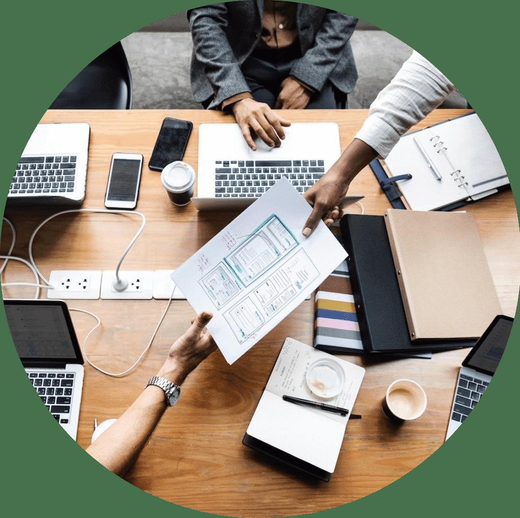 Personer samarbeider med å designe nye digitale tjenester