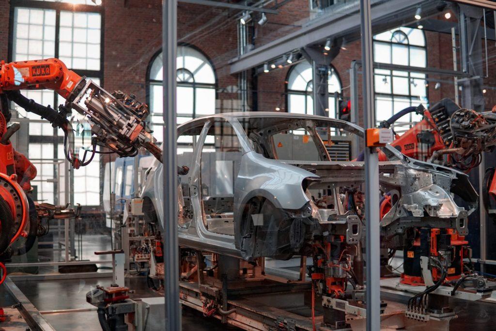 robot bygger bil i fabrikk