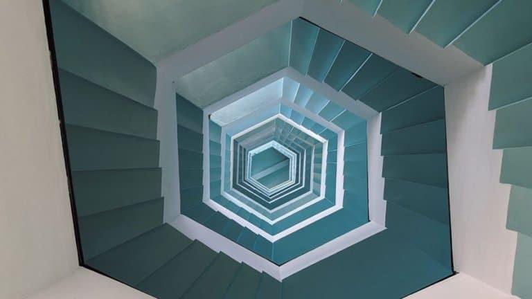 spiraltrapp i femkantformasjon sett fra øerste etasje