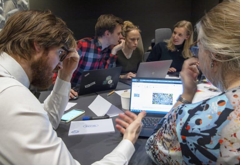 Konsulenter samarbeider under hackathon på computasdagen