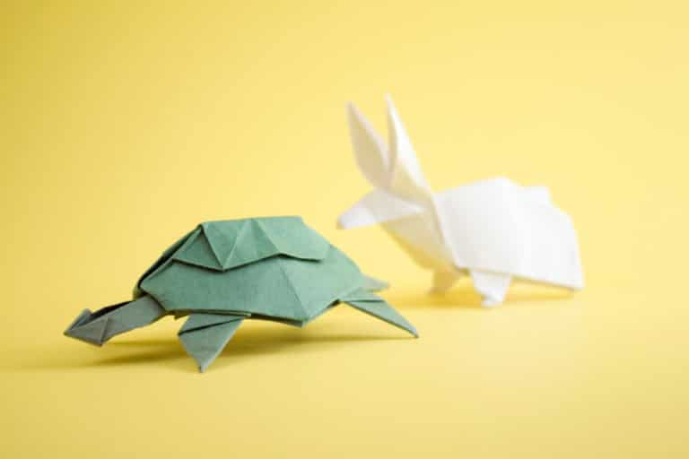 Origami figurer av en skilpadde og en hare