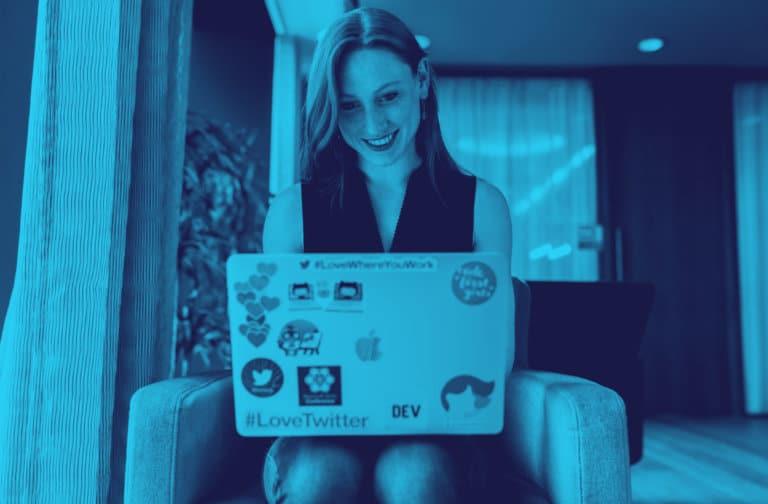 Kvinne ser på datamaskinen sin
