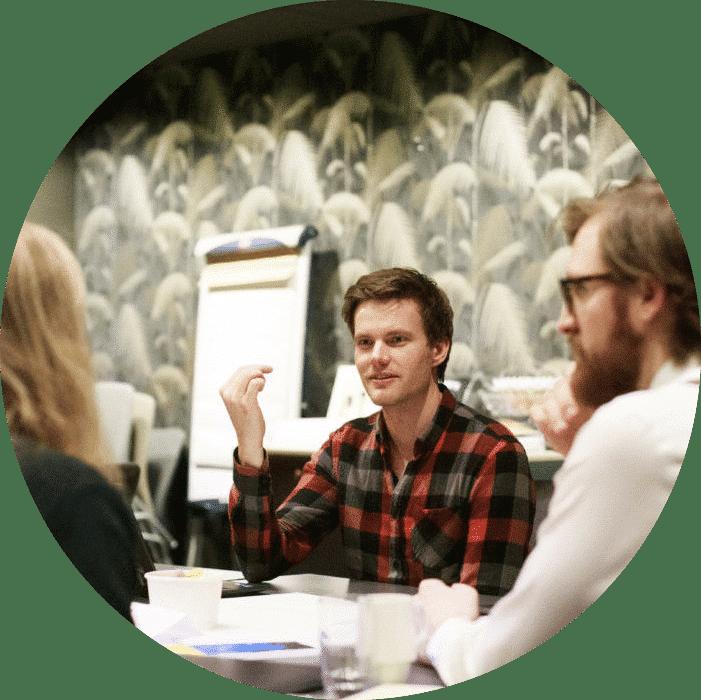 Erik Talleng diskuterer med kollegaer