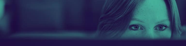 Kvinne ser på en dataskjerm