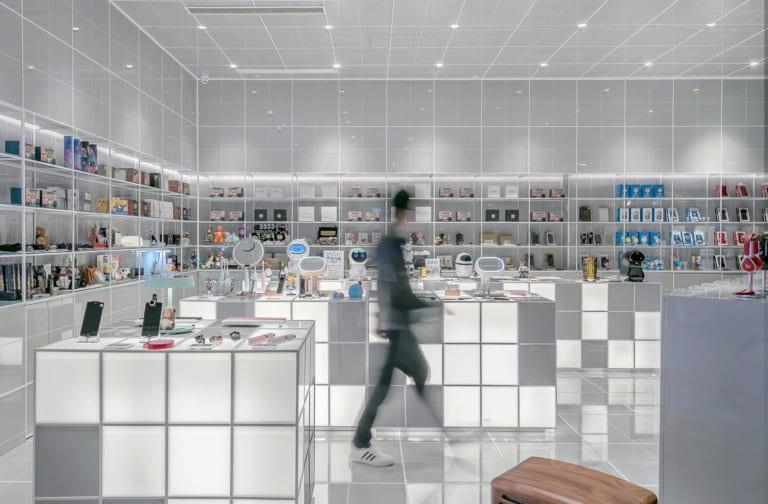 Person går gjennom en teknologi butikk sine lokaler