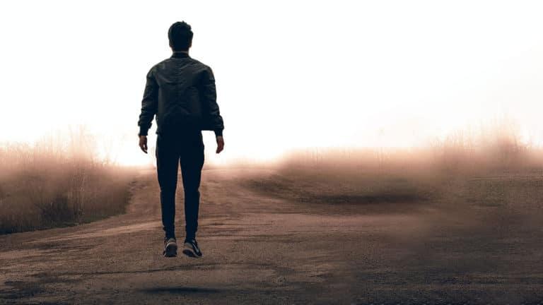 mann hopper på joggetur ved sjøen