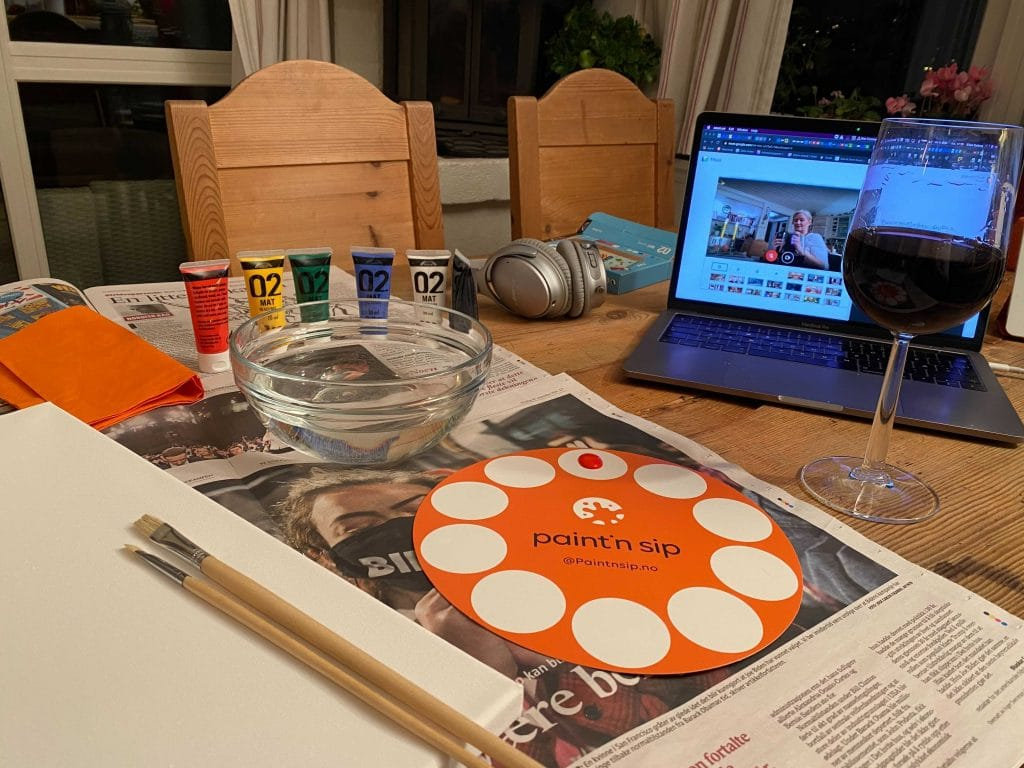 vinglass og malesaker foran digitalt møte