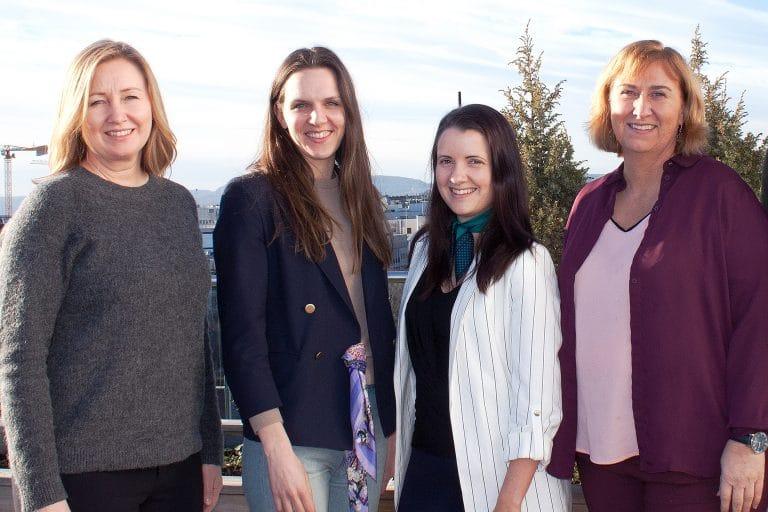 fire kvinner på takterassen