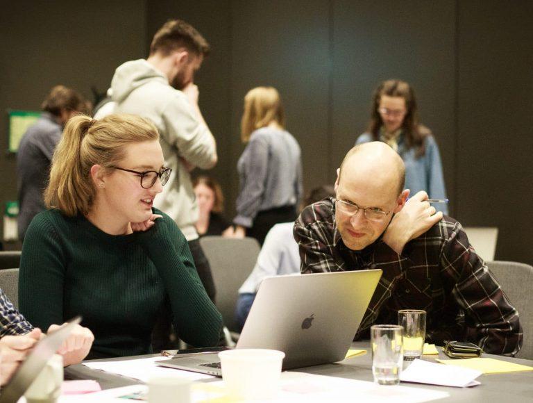 gruppesamarbeid foran macbook