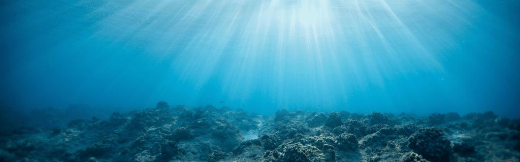 solstråler treffer havbunnen