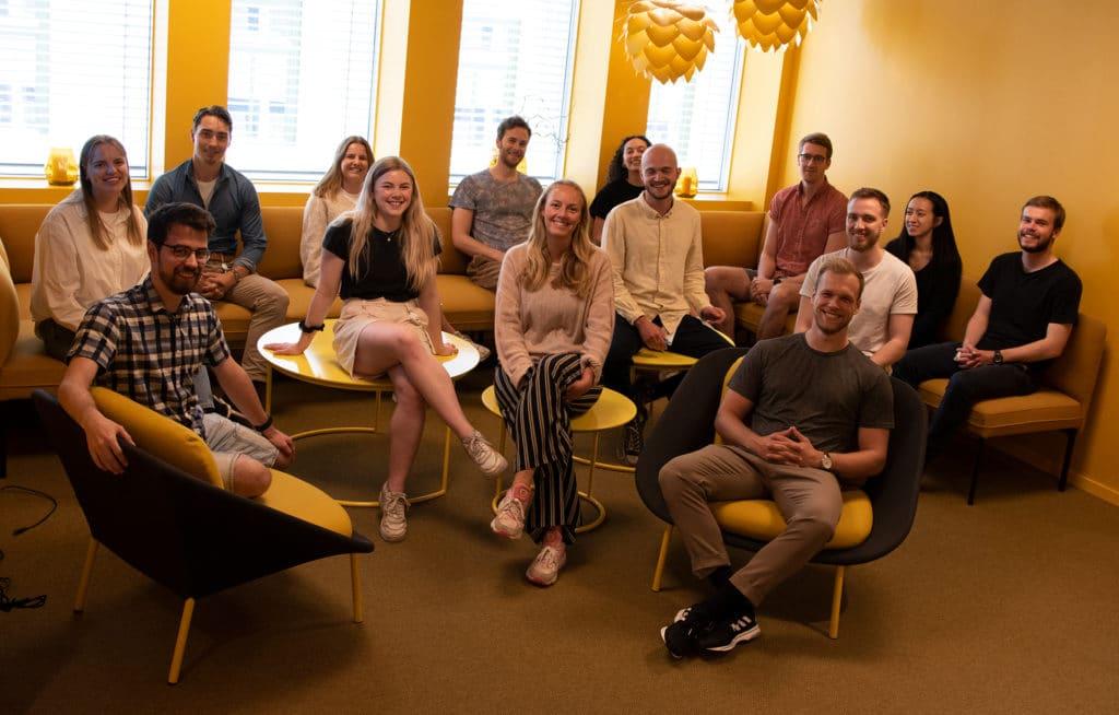 mennesker i gruppe i gult rom