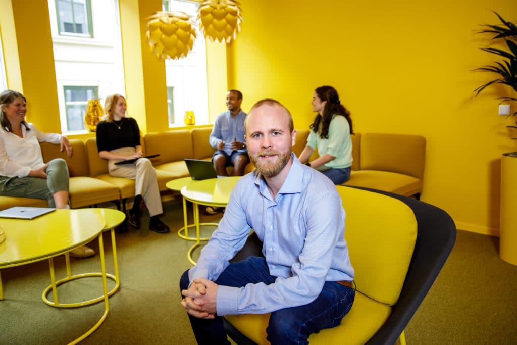 Simon Isaksen og kollegaer i gult rom