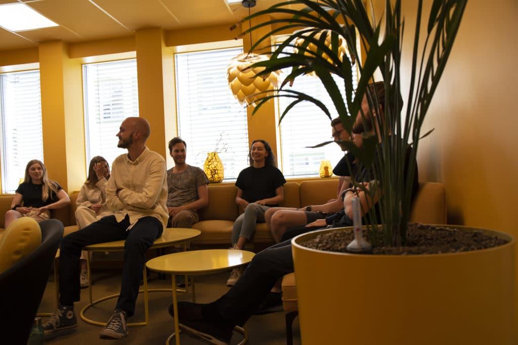 Sommerstudenter sitter i gult rom